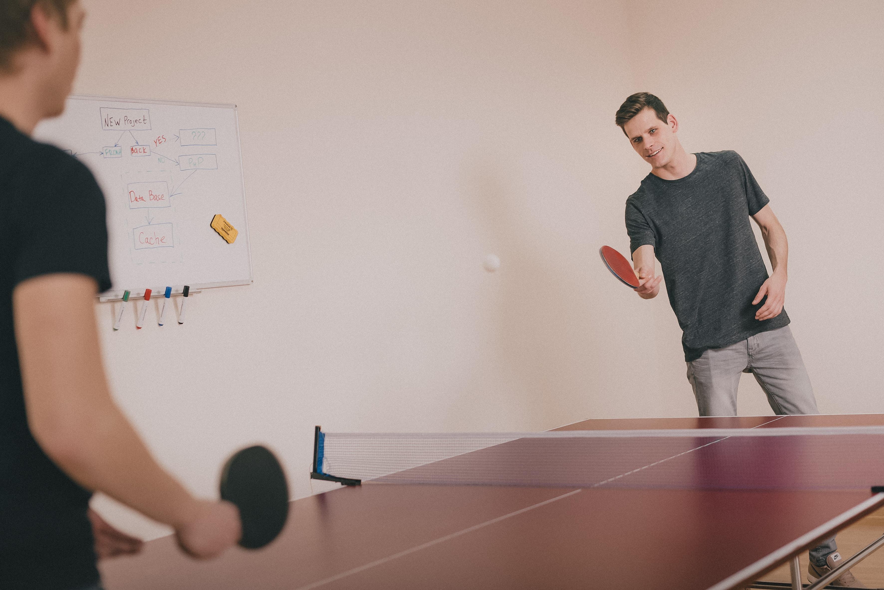 Le ping-pong par équipes sur la table du restaurant d'entreprise
